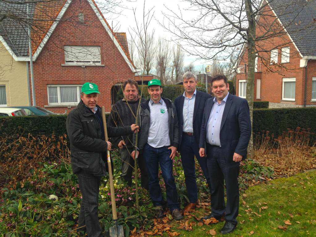 ABS plant 'gezond-verstand-boom' in tuin Bart Dochy